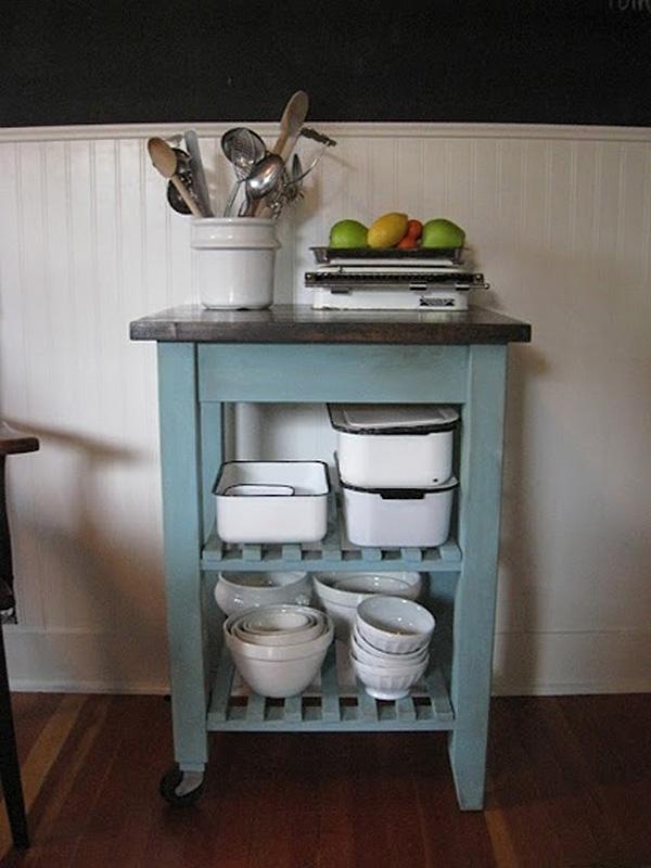 Оригинальный столик для кухонных аксессуаров, переделанный из старой табуретки