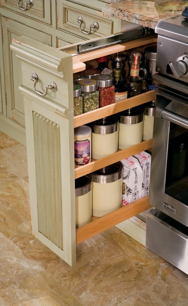 Оригинальный выдвижной ящик с приправами в интерьере кухни