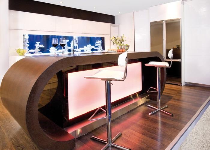Аквариум в интерьере деревянной кухни с визуальным эффектом и неоновой подсветкой от Darren Morgan