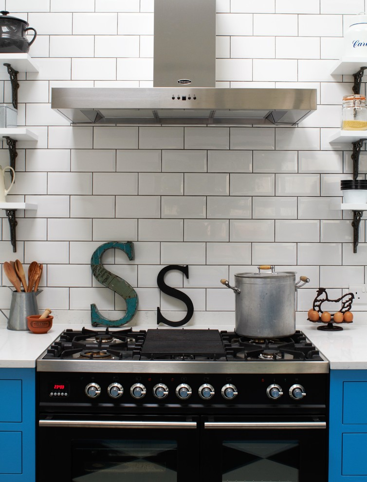 Черная плита на яркой кухне