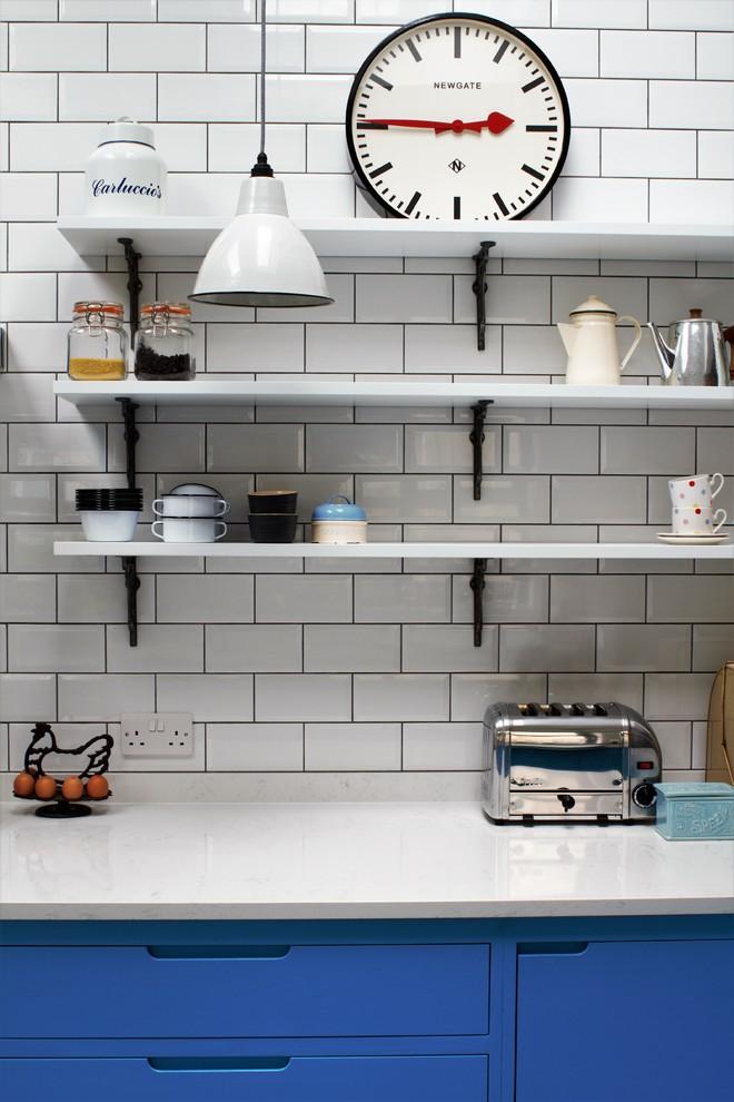 Вдоль кухни висят 2 ряда ламп в винтажном стиле