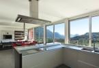 Интерьер просторной кухни стального цвета с красивым видом из окна