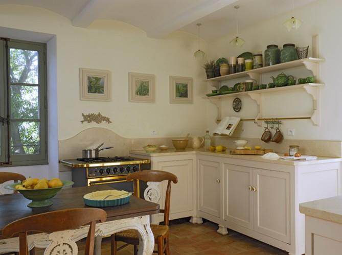 Кухня прованс с открытыми полками