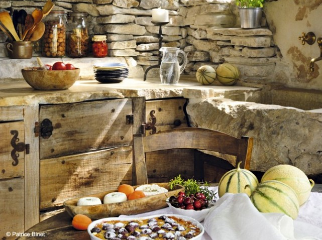 Грубое дерево и неотёсаный камень в оформлении деревенской кухни