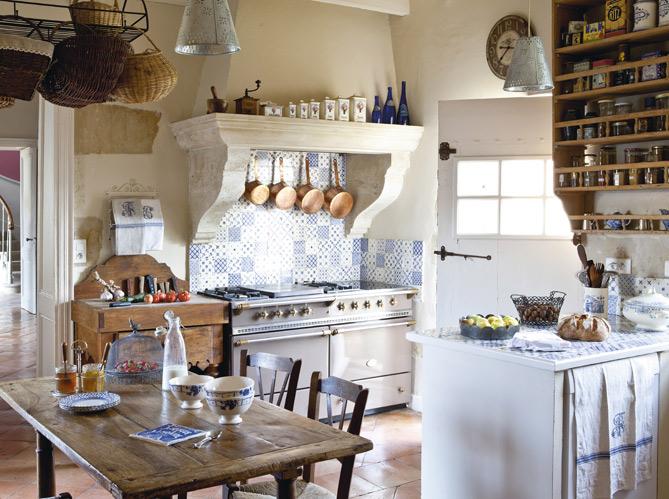 Классическое оформление белой кухни в деревенском стиле