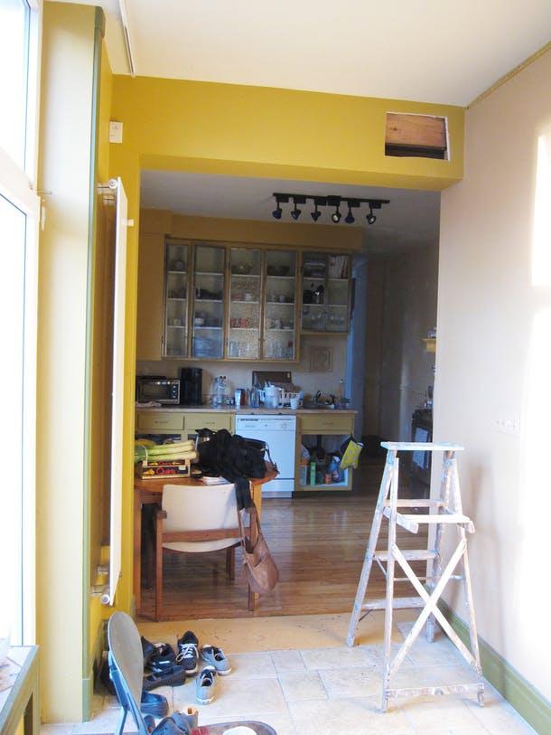 Вид на кухню от выхода во двор (дверь слева)