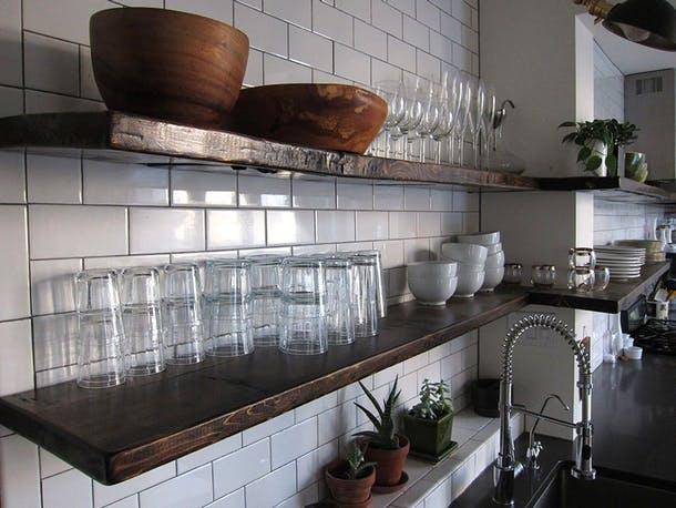Посуда для ежедневного использования на открытых полках