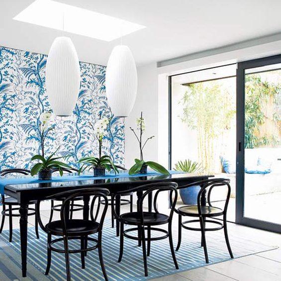 Небесно-голубые растительные принты на стене кухни-столовой