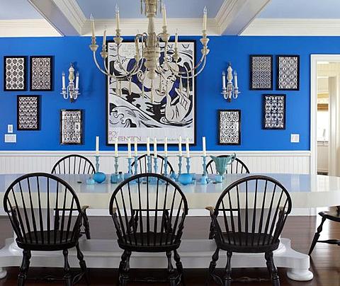 Синий цвет в оформлении стены кухни-столовой