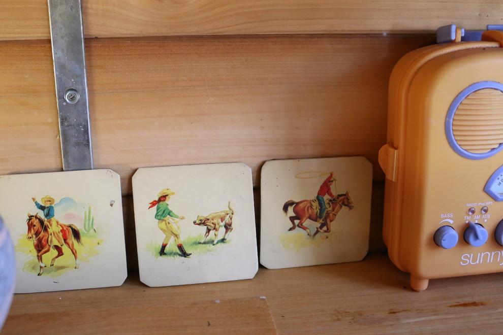 Расписные дощечки на кухне в сельском стиле