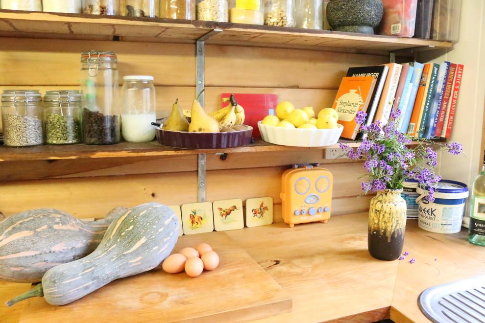 Открытые полки на кухне в сельском стиле