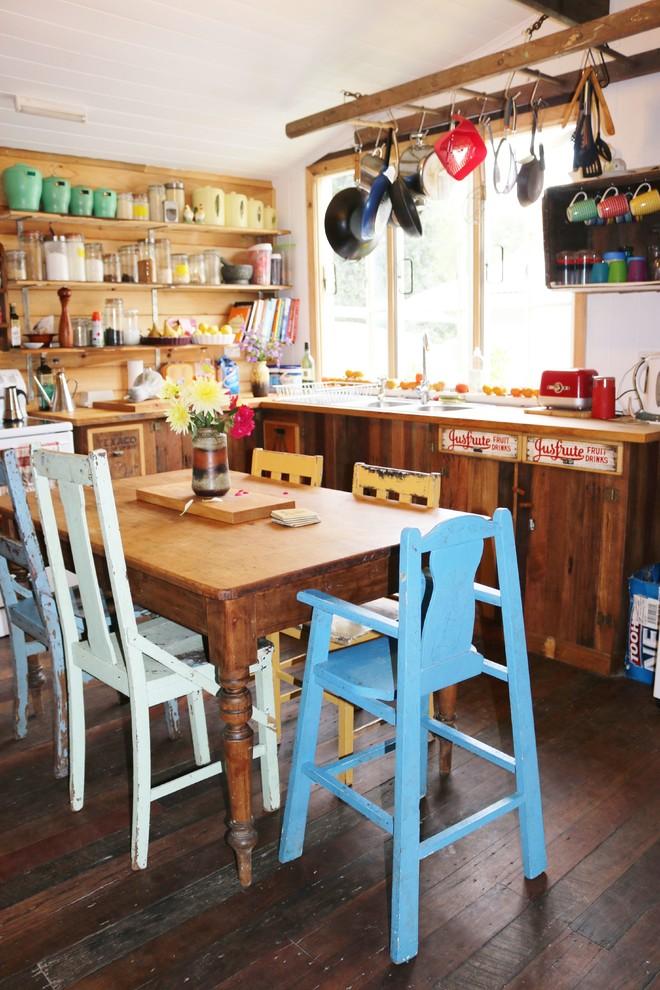 Разные стулья под старину вокруг обеденного стола