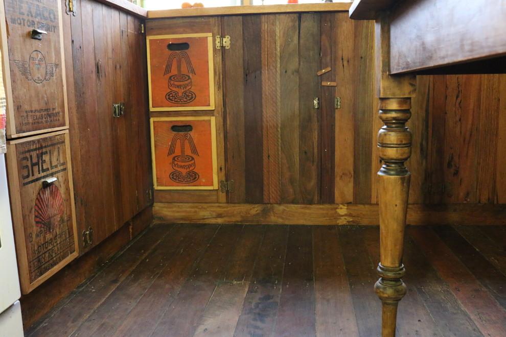 Пол и шкафы из старых ящиков