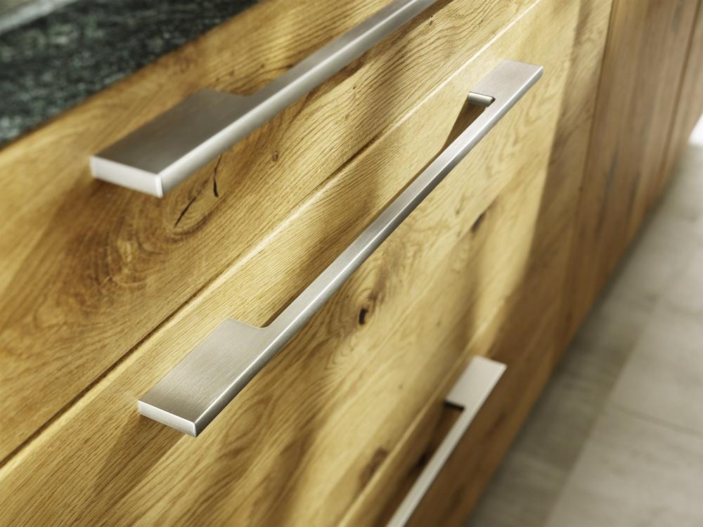 Кухни из дерева в стиле модерн: металлические ручки у ящиков