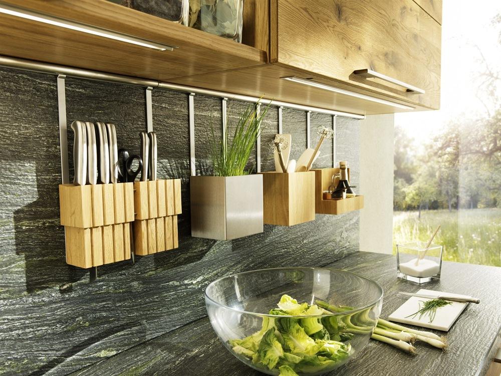 Кухни из дерева в стиле модерн: система хранения инвентаря