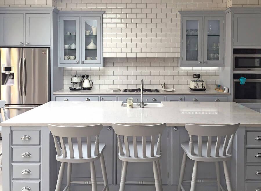 Современный дизайн кухни на заказ в классическом стиле