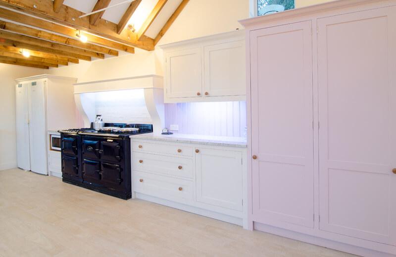 Просторная кухня в классическом стиле