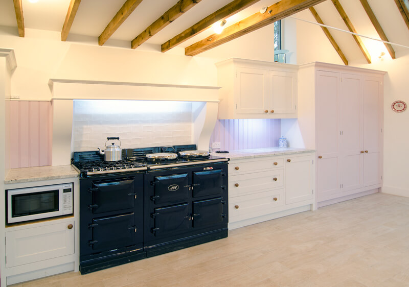 Подсветка рабочих зон в интерьере кухни