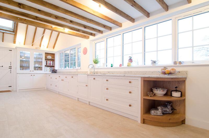 Ленточное остекление с разделением  поля стекла в интерьере кухни