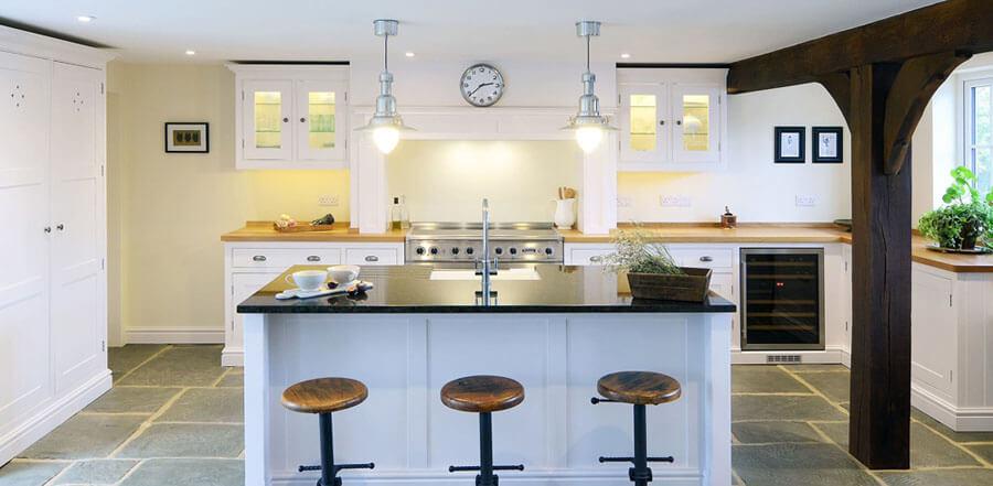 Дизайнерские подвесные светильники в интерьере кухни