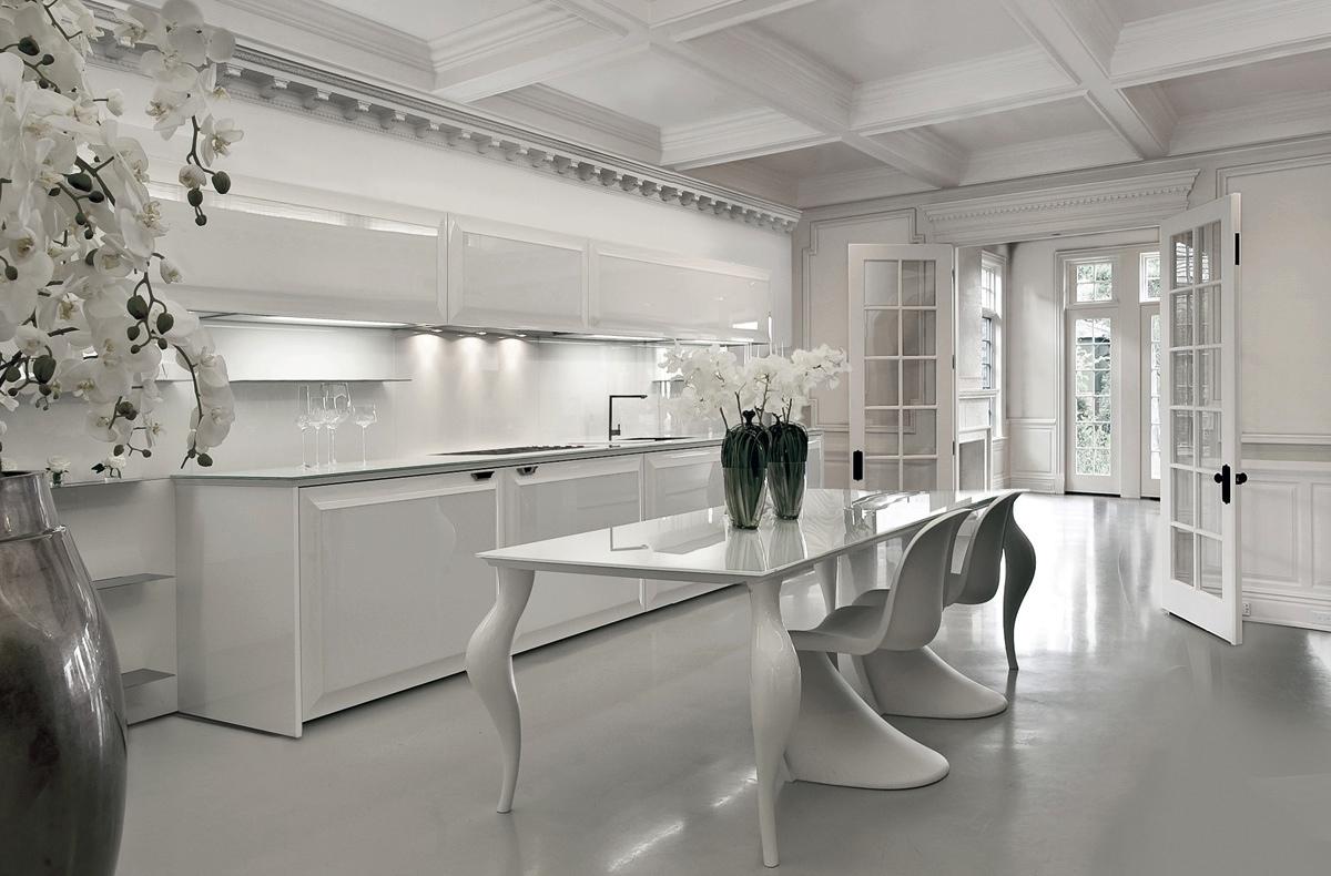 Дизайн белого стола с изогнутыми ножками в интерьере кухни