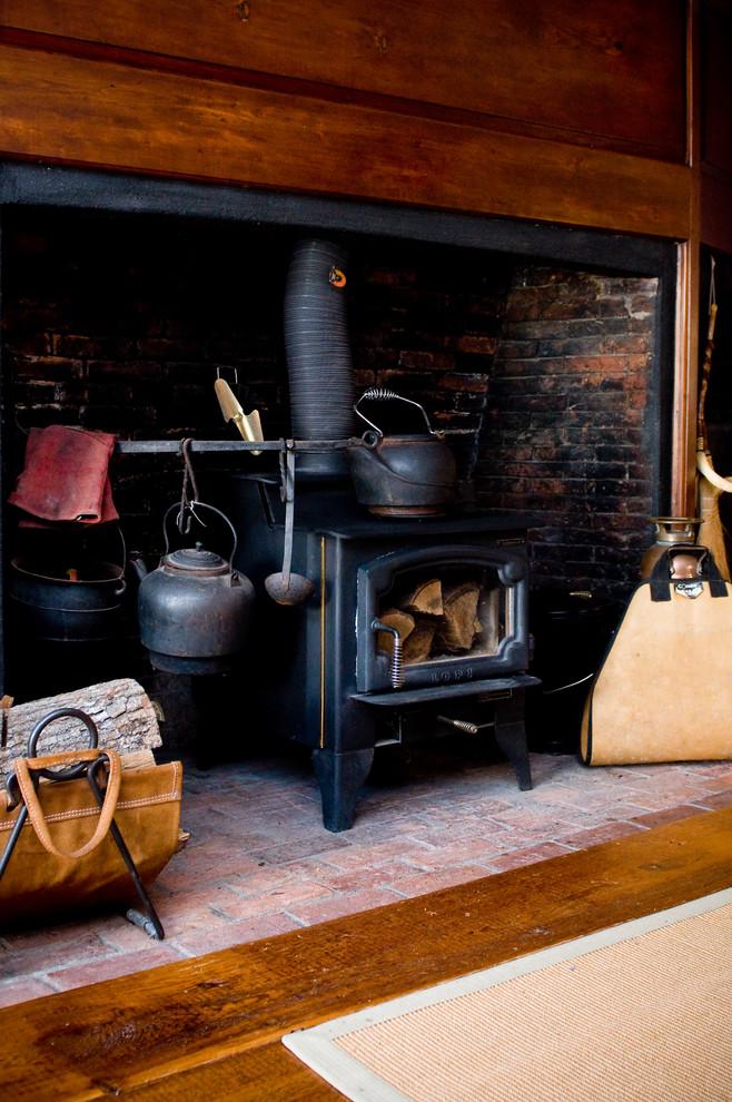 Чёрная плита в дымоходе в интерьере кухни в викторианском стиле