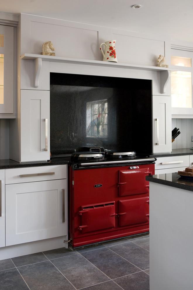 Ярко-красная плита в интерьере кухни в викторианском стиле