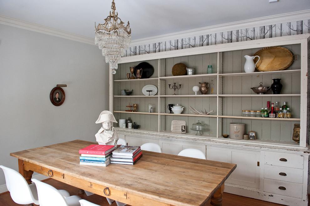 Белый деревянный сервант в интерьере кухни в викторианском стиле