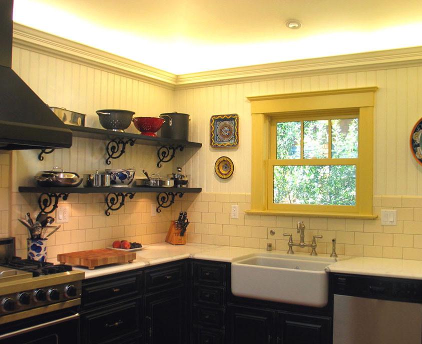 Чёрный кухонный гарнитур в интерьере кухни в викторианском стиле