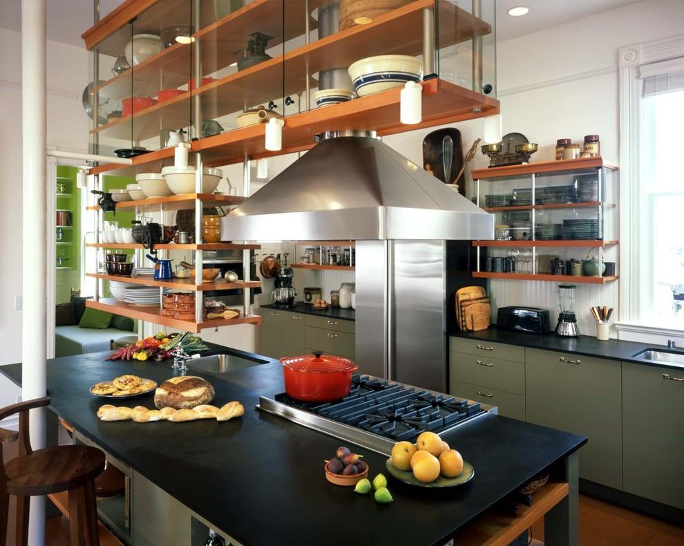 Подвесные полки над кухонным островом в интерьере кухни в викторианском стиле