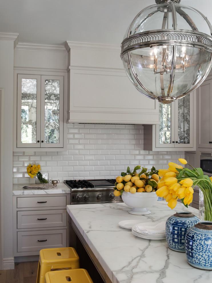 Дизайн гарнитура с белой мраморной столешницей в интерьере кухни в викторианском стиле