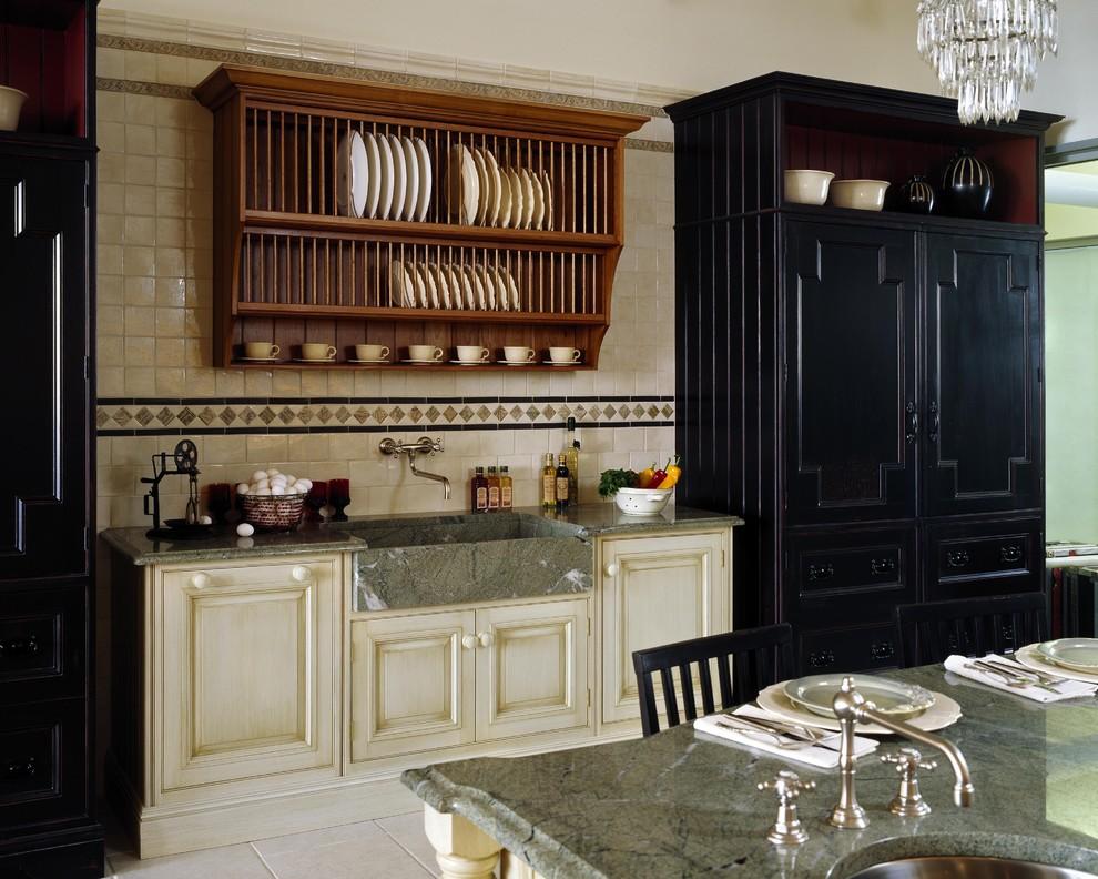 Серая мраморная раковина в интерьере кухни в викторианском стиле
