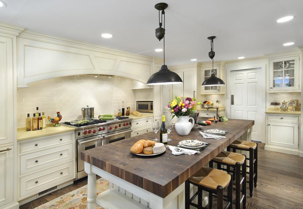 Чёрные светильники в интерьере кухни в викторианском стиле