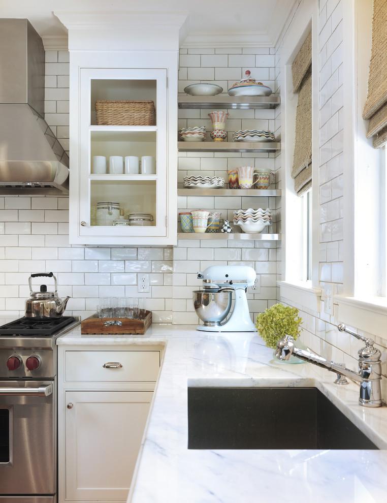 Смеситель в викторианском стиле в интерьере кухни