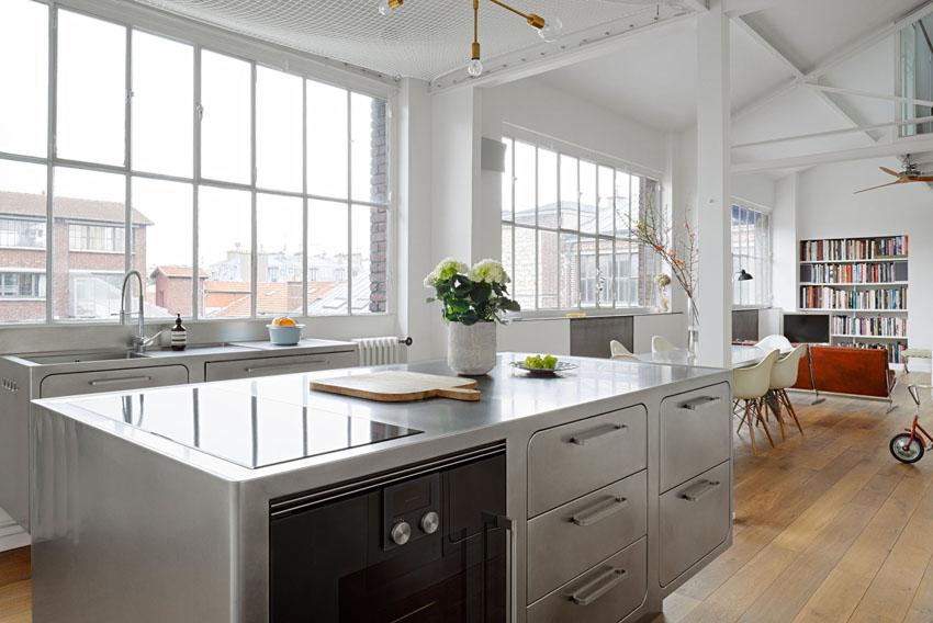 Огромные окна наполняют пространство кухни дневным светом