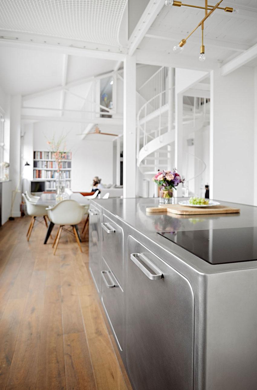 Кухня выполнена из нержавеющей стали