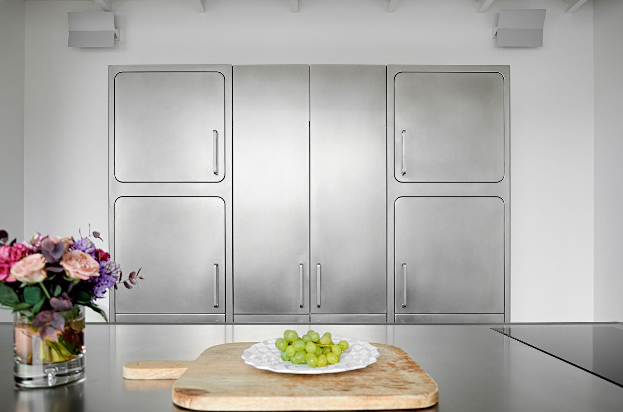 Шкафы у стен так же выполнены из нержавеющей стали