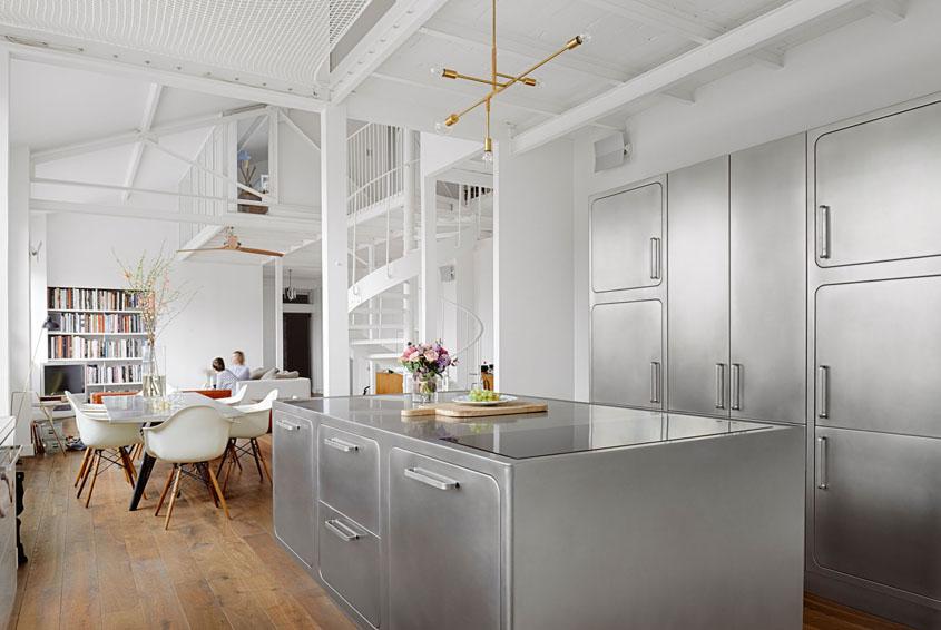 Интерьер кухни соединенной со столовой и гостиной