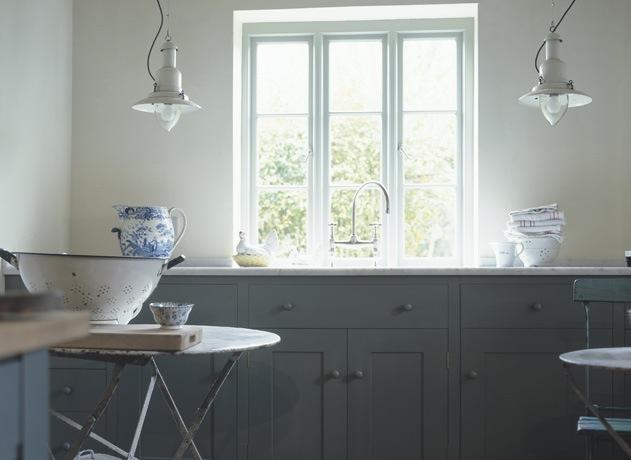 Кухня белая и серая: большое окно