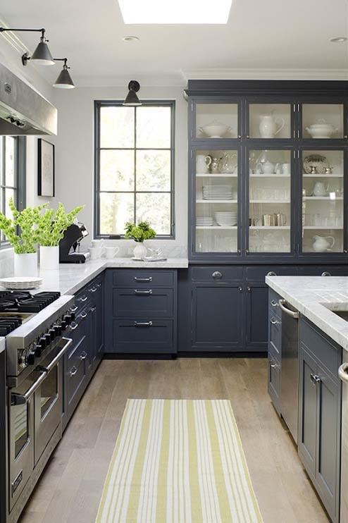 Кухня белая и серая: деревянная мебель