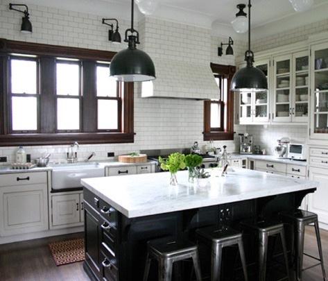 Артистическая кухня в чёрно-белом стиле: особенно привлекает вытяжка, отделанная плитками