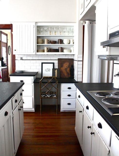 Артистическая кухня в чёрно-белом стиле: неожиданный, но милый вариант - мини-галерея