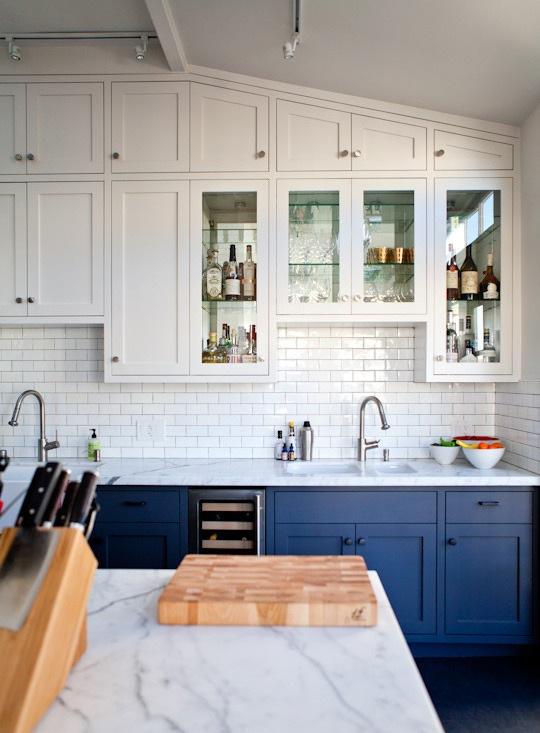Артистическая кухня в чёрно-белом стиле: потрясающе удобные и симпатичные шкафчики двойной высоты