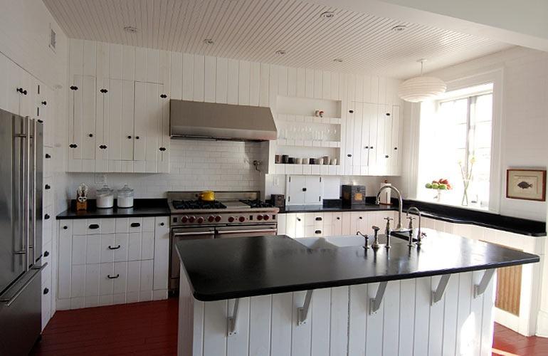 Артистическая кухня в чёрно-белом стиле: гармоничное комбинирование красок и материалов