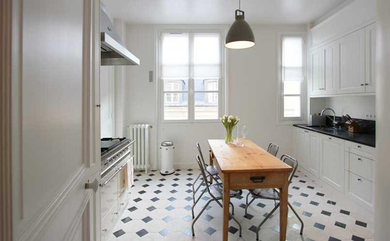 Артистическая кухня в чёрно-белом стиле: подсознательное тепло обстановки из детских воспоминаний