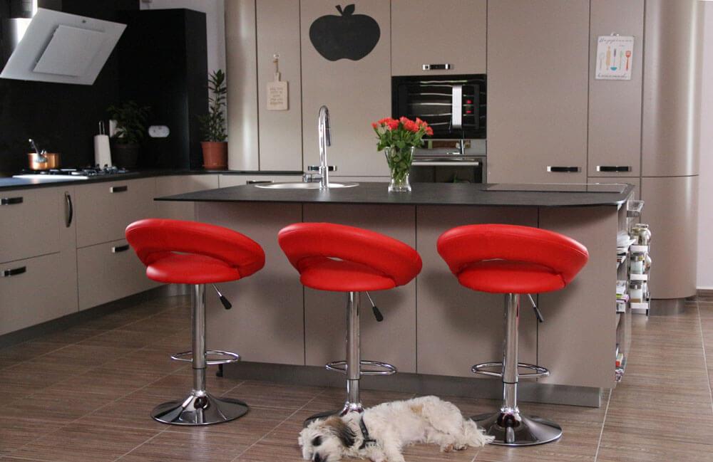 Дизайнерские красные кресла в интерьере кухни