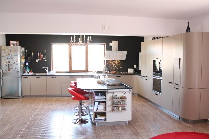 Интерьер просторной кухни с большим окном