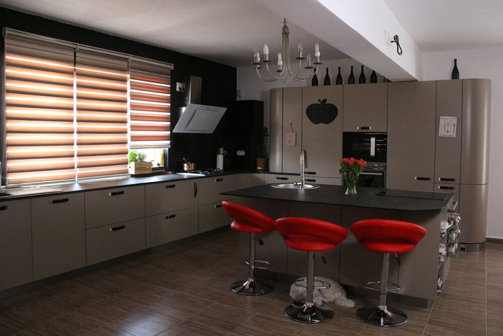 Стильные полосатые роль-шторы в интерьере кухни