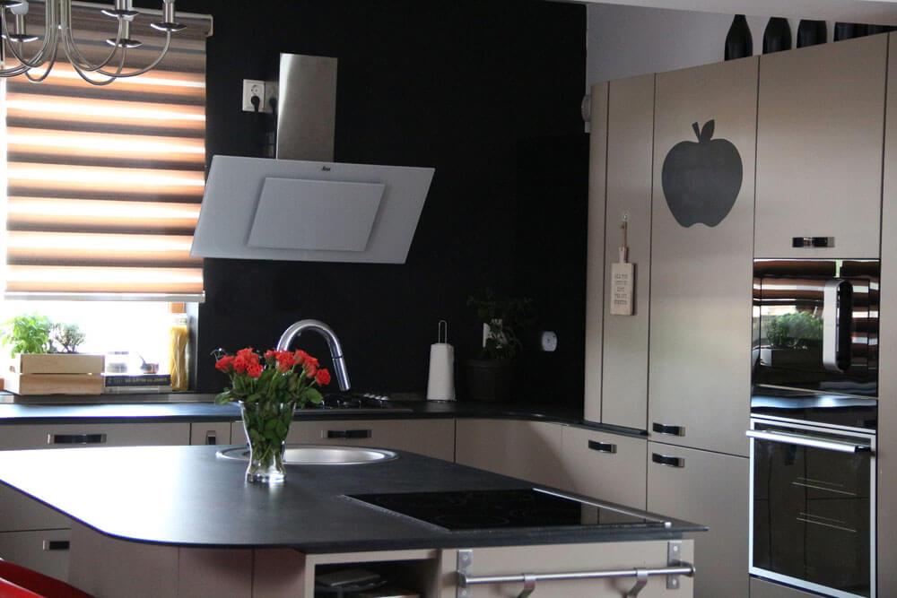 Кухня оборудована всем необходимым для жизни и съемок