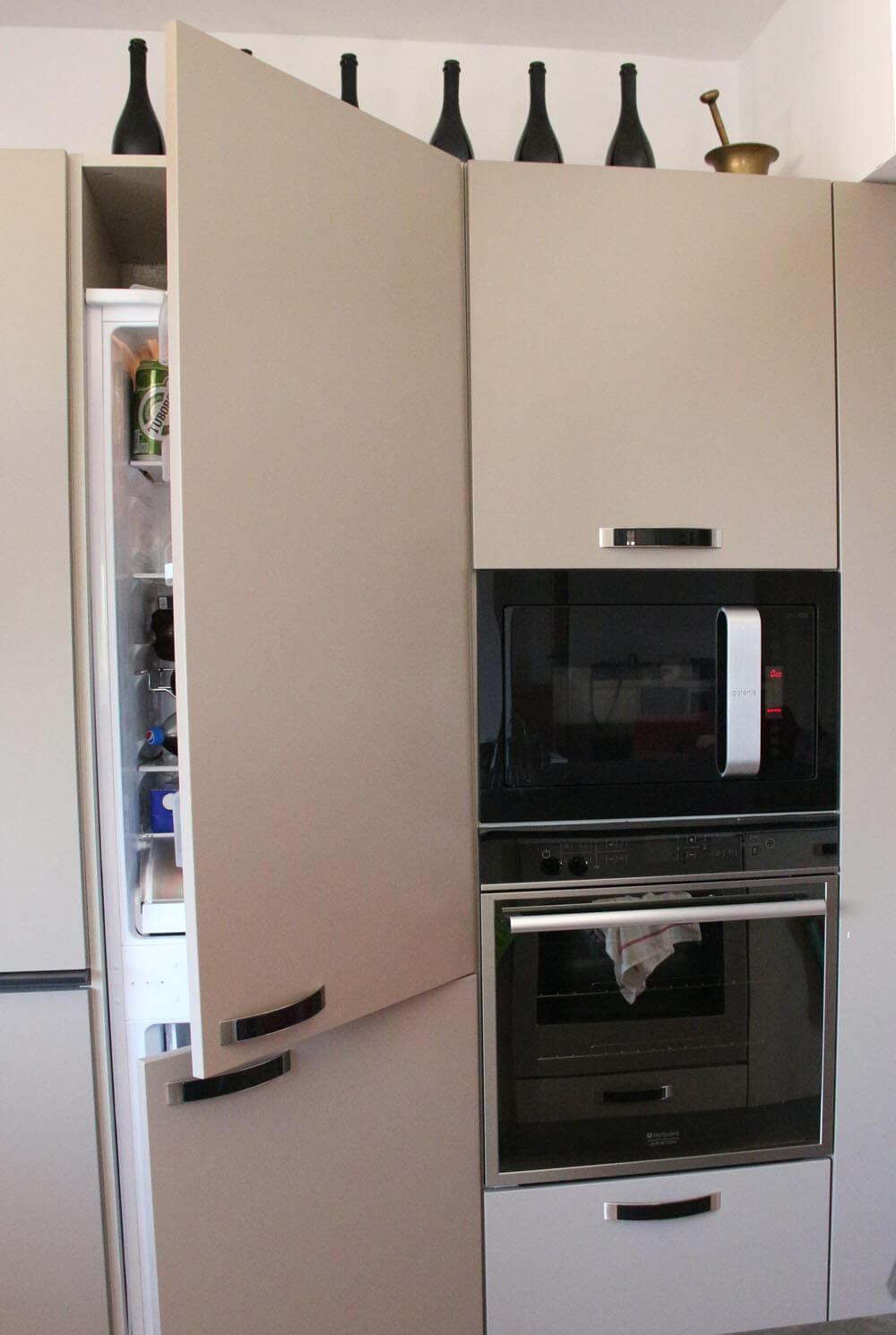 Один из холодильников спрятан среди кухонной мебели